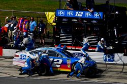 Ryan Blaney, Team Penske, Ford Fusion PPG makes a pit stop, Sunoco