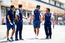 Lance Stroll, Williams Racing, camina en la pista con Luca Baldisserri, ingeniero, Williams F1 y su equipo