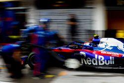 Pierre Gasly, Toro Rosso STR13, au stand