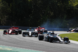 Lewis Hamilton, Mercedes AMG F1 W09, precede Valtteri Bottas, Mercedes AMG F1 W09, Sebastian Vettel, Ferrari SF71H, e Kimi Raikkonen, Ferrari SF71H, alla partenza della gara