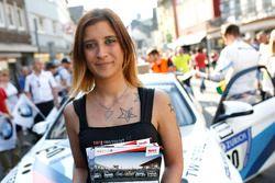 La grid girl del #60 Securtal Sorg Rennsport BMW M4 GT4: Dirk Adorf, Tom Coronel, Beitzke Visser, Nico Menzel
