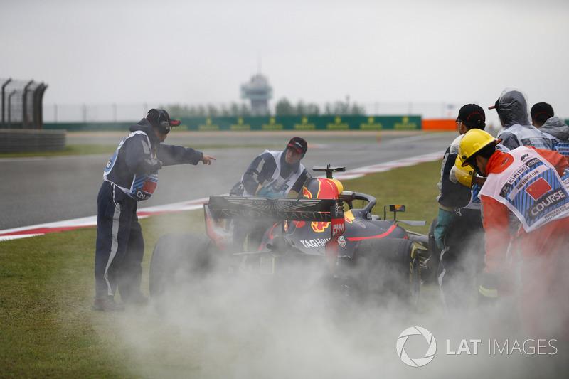 Oficiales usan extinguidores en el Red Bull Racing RB14 Tag Heuer de Daniel Ricciardo