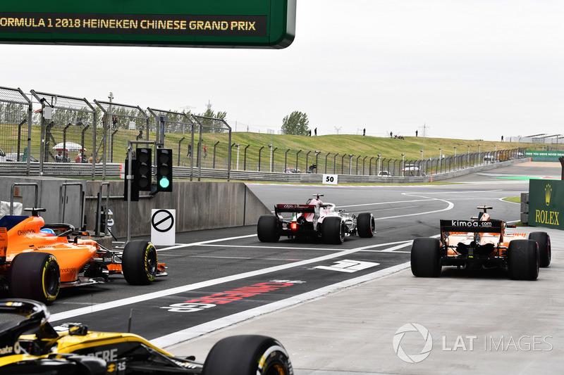 Fernando Alonso, McLaren MCL33, Marcus Ericsson, Sauber C37 y Stoffel Vandoorne, McLaren MCL33