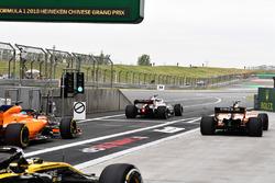Fernando Alonso, McLaren MCL33, Marcus Ericsson, Sauber C37 and Stoffel Vandoorne, McLaren MCL33