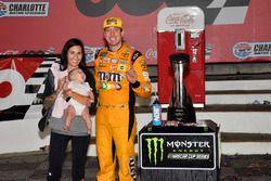 Ganador de la carrera Kyle Busch, Joe Gibbs Racing, Toyota Camry M&M's Red White & Blue