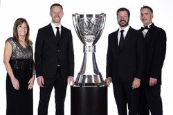 NASCAR Cup-Champion 2017: Martin Truex Jr., Furniture Row Racing Toyota, mit Crewchief Cole Pearn, Teampräsident Joe Garone, und Carolyn Visser, Ehefrau von Teambesitzer Barney Visser
