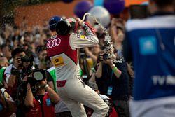 Podio: il vincitore della gara Daniel Abt, Audi Sport ABT Schaeffler, spruzza lo champagne