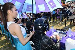 La Grid Girl du Fanboost et l'EJ, signent des autographes pour les fans