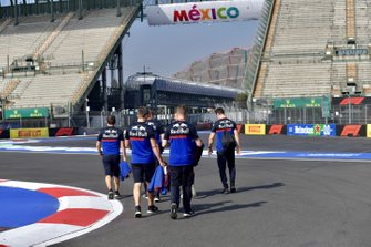 Pierre Gasly, Toro Rosso walks the track with his team