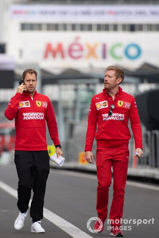 Sebastian Vettel, Ferrari, ispeziona il tracciato