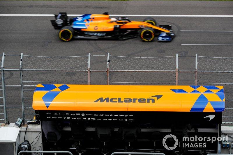 Carlos Sainz Jr, McLaren MCL34, pasa por delante del pórtico de foso McLaren
