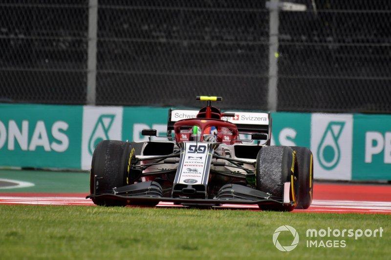 Antonio Giovinazzi, Alfa Romeo Racing C38, passa sull'erba