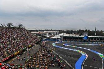 Daniil Kvyat, Toro Rosso STR14, leads Pierre Gasly, Toro Rosso STR14