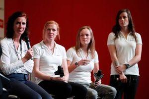 Catherine Bond Muir, CEO della W Series, e i piloti della W Series Alice Powell, Sarah Moore e Abbie Eaton sono intervistati sul palco di Autosport