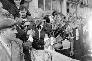 Ganador Mike Hawthorn, Ferrari celebra
