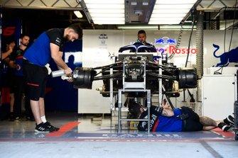 Mecánicos de Toro Rosso trabajan en el box