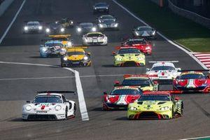 Le départ en GTE Pro, #92 Porsche GT Team Porsche 911 RSR - 19: Michael Christensen, Kevin Estre mène