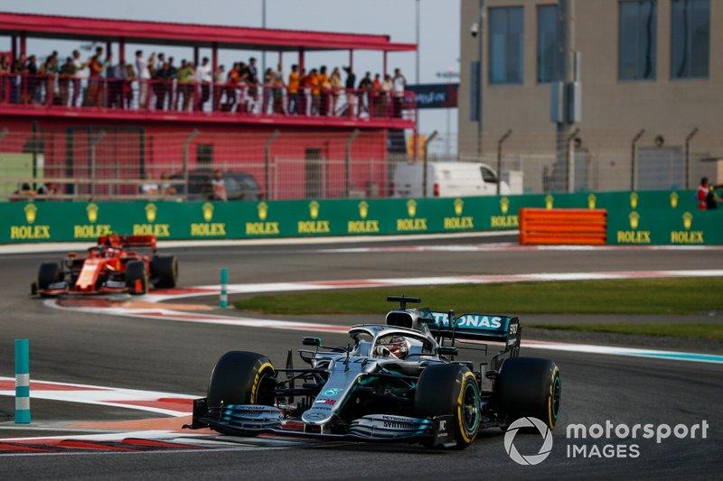 Lewis Hamilton, Mercedes AMG F1 W10, precede Charles Leclerc, Ferrari SF90