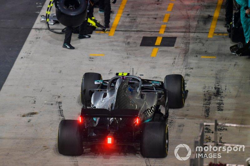 Valtteri Bottas, Mercedes AMG W10, entra nei box