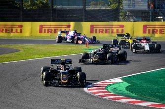 Kevin Magnussen, Haas F1 Team VF-19, leads Romain Grosjean, Haas F1 Team VF-19, Kimi Raikkonen, Alfa Romeo Racing C38, Daniel Ricciardo, Renault F1 Team R.S.19, and Daniil Kvyat, Toro Rosso STR14