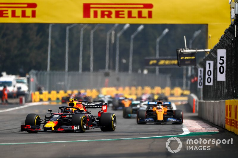 Александр Элбон, Red Bull Racing RB15, и Карлос Сайнс, McLaren MCL34