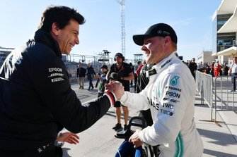 Valtteri Bottas, Mercedes AMG F1, celebrates with Toto Wolff, Executive Director (Business), Mercedes AMG, after taking Pole Position
