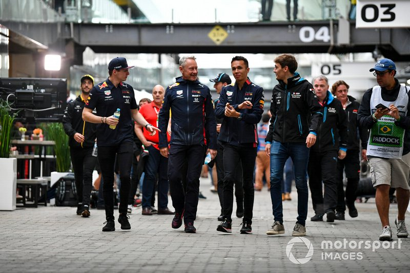 Max Verstappen, Red Bull Racing, Jonathan Wheatley, Manager Red Bull Racing, Alexander Albon, Red Bull Racing, y George Russell, Williams Racing