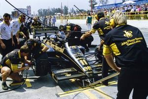 Johnny Dumfries, Lotus 98T Renault, pitstop