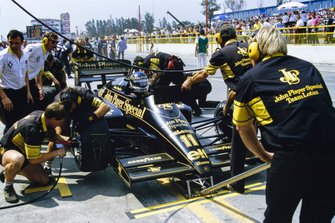 Johnny Dumfries, Lotus 98T Renault, maakt een pitstop