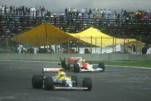Ayrton Senna, McLaren MP4/5B Honda, met lekke band, gevolgd door Riccardo Patrese, Williams FW13B Renault