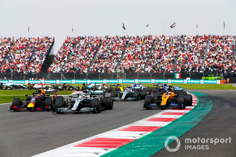 Max Verstappen, Red Bull Racing RB15, Lewis Hamilton, Mercedes AMG F1 W10 and Lando Norris, McLaren MCL34 battle
