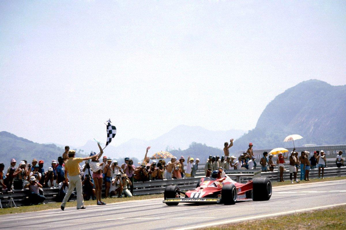 Carlos Reutemann, Ferrari 312T2 toma la bandera a cuadros para asegurar su primera victoria en la carrera con Ferrari y conseguir la primera victoria para el fabricante de neumáticos Michelin