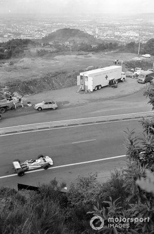 Jean-Pierre Beltoise, Matra MS120 passes the medical van