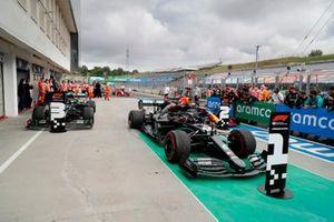 Valtteri Bottas, Mercedes F1 W11, Lewis Hamilton, Mercedes-AMG Petronas F1 en Max Verstappen, Red Bull Racing RB16 in Parc Ferme