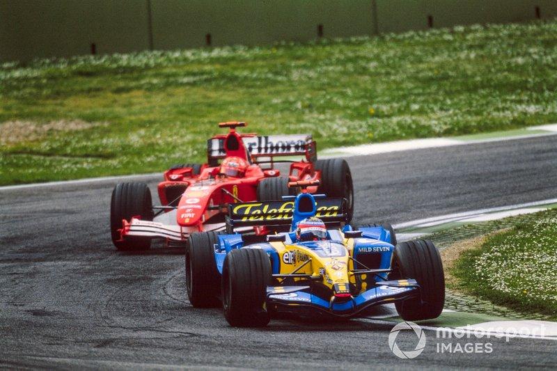Fernando Alonso, Renault R25, precede Michael Schumacher, Ferrari F2005, GP di San Marino del 2005