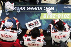 Sébastien Buemi, Kazuki Nakajima et Fernando Alonso signent des autographes