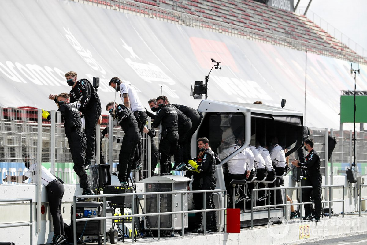 Mercedes-AMG Petronas F1 team festeggiano la vittoria sul pit wall