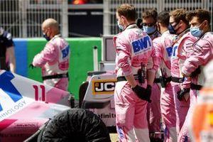 Los mecánicos de Racing Point están detrás del auto de Sergio Pérez, Racing Point RP20, en la parrilla.