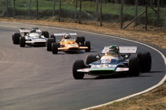 Henri Pescarolo, Matra Simca MS120 lidera Peter Gethin, McLaren M14A y su compañero de equipo Jean-Pierre Beltoise, Matra Simca MS120