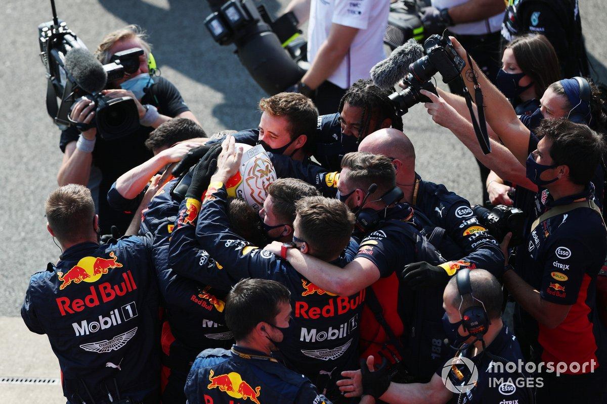 Max Verstappen, Red Bull Racing, 1ª posición, celebra la victoria con su equipo en Parc Ferme