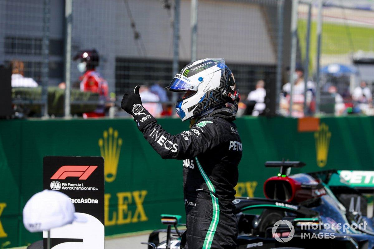 Ganado de la pole Valtteri Bottas, Mercedes-AMG Petronas F1, celebra