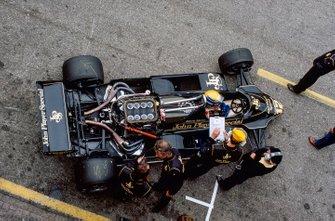 Roberto Moreno, Lotus 91 Ford, en los pits junto a Colin Chapman, mientras los mecánicos trabajan en su monoplaza que no tiene cubierta del motor