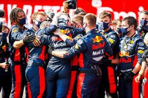 Race Winner Max Verstappen, Red Bull Racing celebrates in Parc Ferme with his mechanics