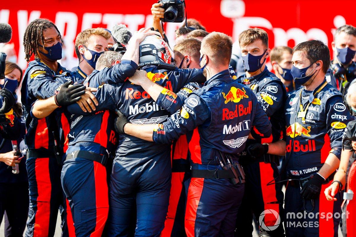 Il vincitore della gara Max Verstappen, Red Bull Racing festeggia la vittoria con i suoi meccanici