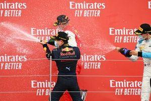 Le vainqueur Yuki Tsunoda, Carlin, Mick Schumacher, Prema Racing et Jack Aitken, Campos Racing fêtent sur le podium avec le champagne