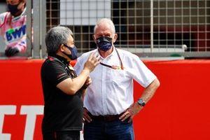 Masashi Yamamoto, General Manager, Honda Motorsport and Helmut Marko, Consultant, Red Bull Racing