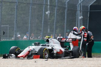 L'incidente tra Esteban Gutierrez, Haas VF-16, Fernando Alonso, McLaren MP4-31, GP d'Australia 2016
