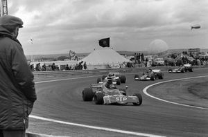 Ronnie Peterson, March 721X Ford devant Rolf Stommelen, March 721 Ford et Henri Pescarolo, March 721 Ford