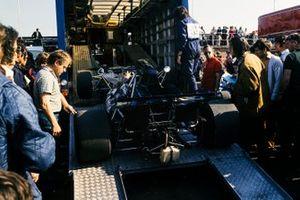 Une Tyrrell 003 Ford sort de son camion de transport
