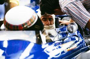 Ken Tyrrell habla con Jackie Stewart en el pit lane